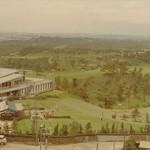 昭和40年ごろの倶楽部ハウスと10番(手前)・1番ホール