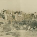 全焼した初代倶楽部ハウス(昭和34年1月、現18番グリーン方向から撮影)