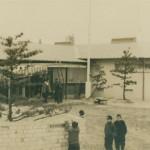 昭和34年1月の倶楽部正面玄関(左奥が消失した初代倶楽部ハウス)