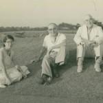 垂水ゴルフ倶楽部でくつろぐジョー・アーネスト・クレーン(右)(昭和30年代初頭)