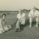 垂水ゴルフ倶楽部再開業5周年を迎えたころ(昭和30年初頭)のジョー・アーネスト・クレーン(右)