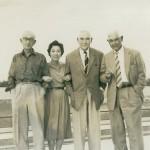 垂水ゴルフ倶楽部でのクレーン兄弟(ジョー・アーネスト・クレーンは右から2人目、右は兄)(昭和30年代初頭)
