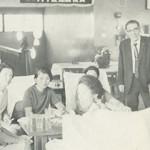 創立50周年記念競技(倶楽部ハウス内で寛ぐ女性ゴルファー)
